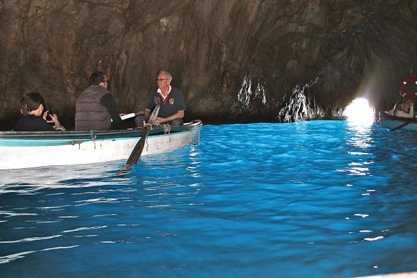 乘船暢遊藍洞